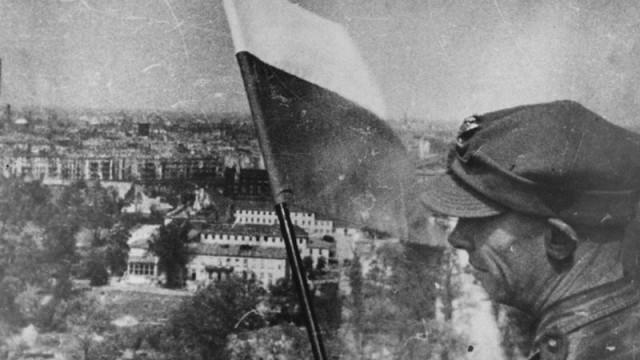 23.Polska-flaga-na-Kolumnie-Zwycięstwa-w-zdobytym-Berlinie-EB