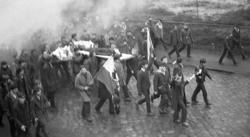 Pochód robotników z ciałem zabitego przez milicjęZbigniewa Godlewskiego.  Gdynia 1970 r.