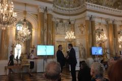 Janusz Horoszkiewicz otrzymuje nagrodę od prezesa IPN