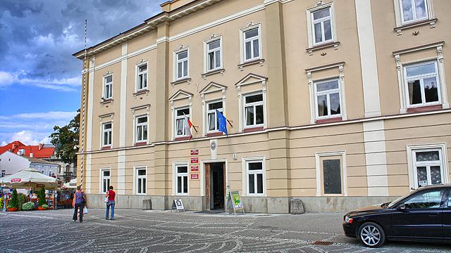 46-letni agresywny mężczyzna uszkodził elewację przemyskiego budynku Urzędu Miejskiego