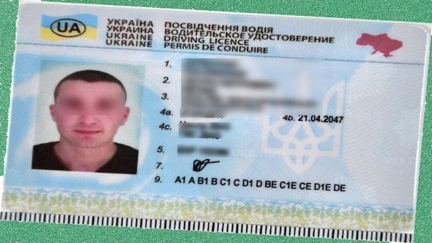 Kierowca z fałszywym prawem jazdy wiózł turystów