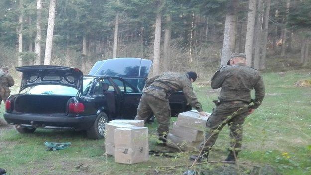 Próbowali przez zieloną granicę przenieść kartonowe pudła wypełnione kontrabandą