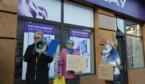 Łucja Leja (pierwsz po lewej) podczas protestu pod salonem operatora, który chce wznieść maszt.