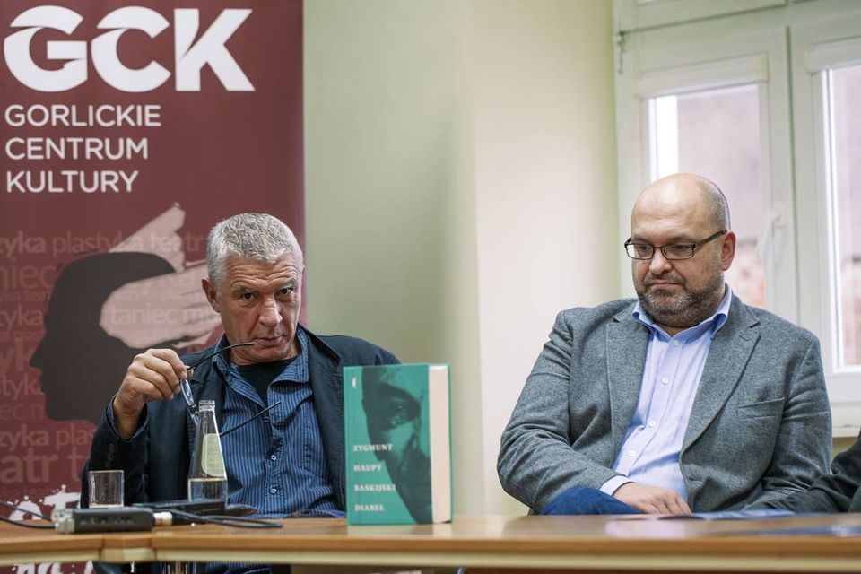 Bogusław Bojczuk (po prawej) to dyrektor festiwalu Dwa Brzegi w Kazimierzu Dolnym i organizator Festiwalu im. Zygmunta Haupta. Na zdjęciu z Andrzejem Stasiukiem podczas konferencji festiwalowej. Zdj. Magda Skrzeczkowska.